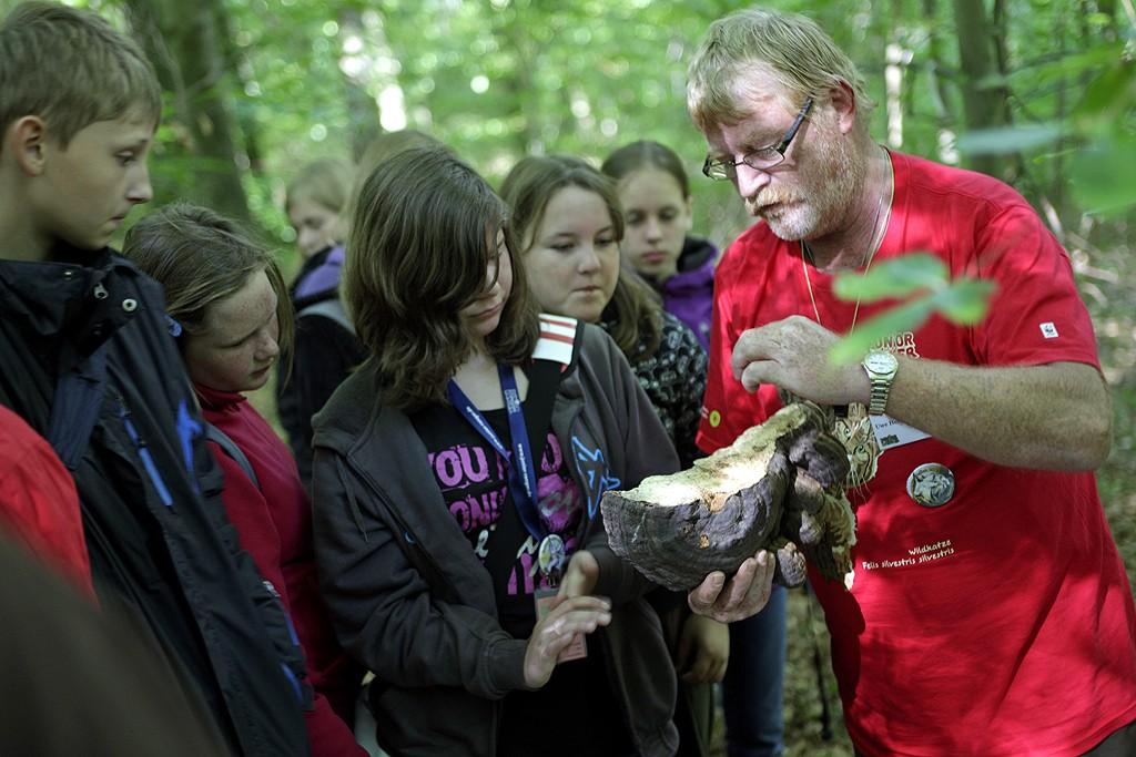 Echte Ranger erklären den Nachwuchs-Rangern Natur und Biologische Vielfalt. (c) Arnold Morascher