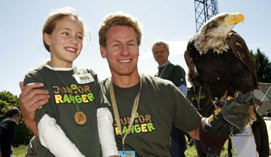 Eberhard Brandes vom WWF Deutschland mit Lara auf dem Bundes-Junior-Ranger-Camp 2009 im Nationalpark Harz. (c) Arnold Morascher