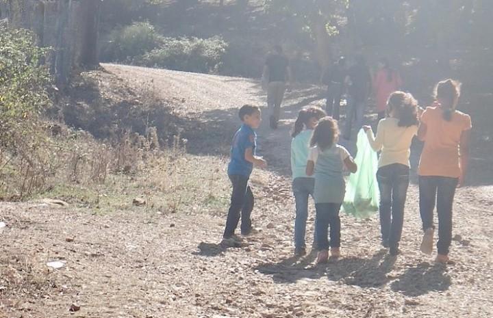 Kindern und Jugendlichen beim Müllsammeln im tunesischesn Nationalpark El Feija